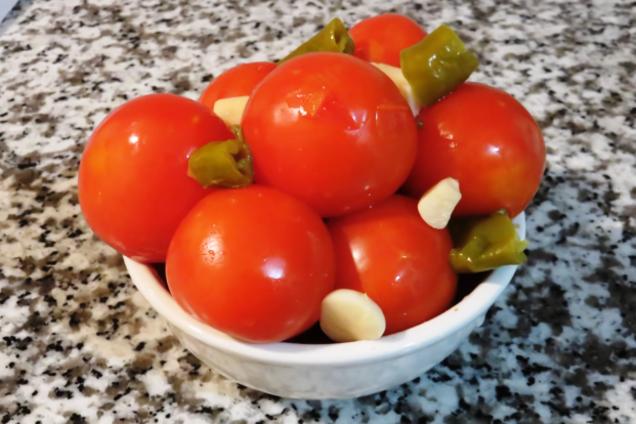 Малосольные помидоры с сельдереем