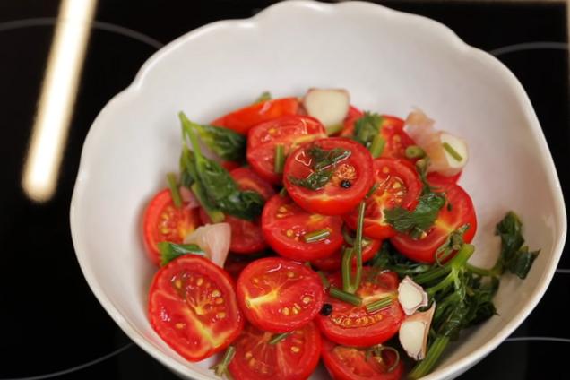 Малосольні помідори із зеленню
