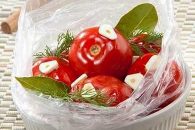 Малосольные помидоры в пакете с укропом