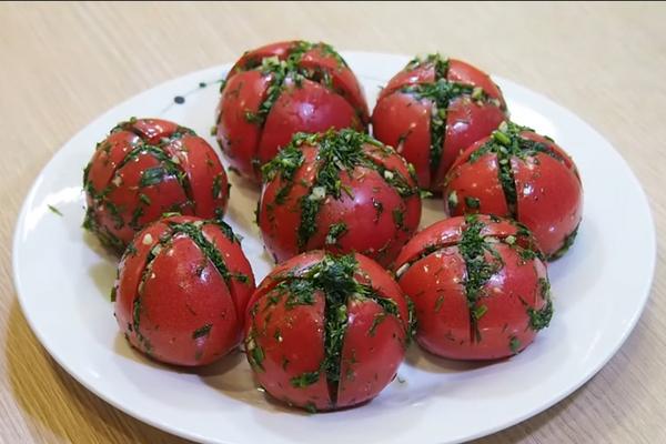 Фаршировані малосольні помідори