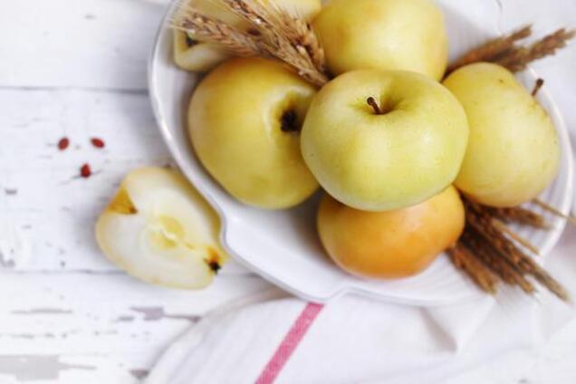 Мочені яблука з солодом і гвоздикою