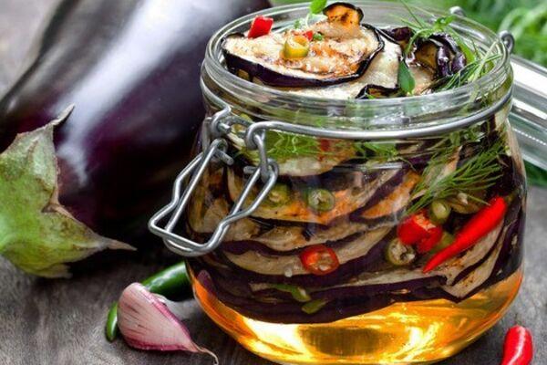 Мариновані баклажани з овочами і зеленню