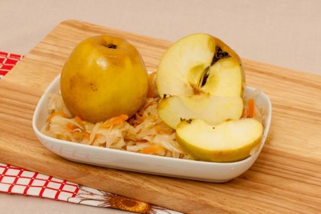 Моченые яблоки в капусте