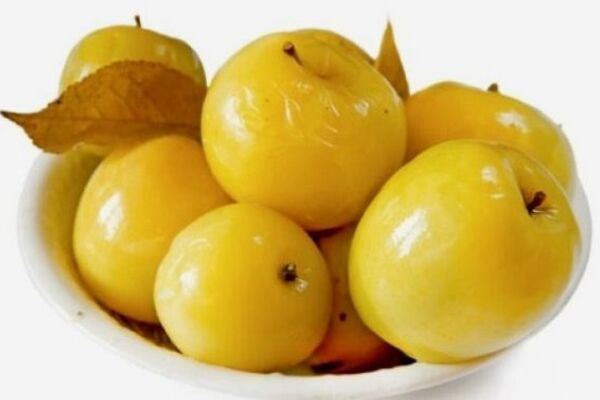 Моченые яблоки с медом и мелиссой