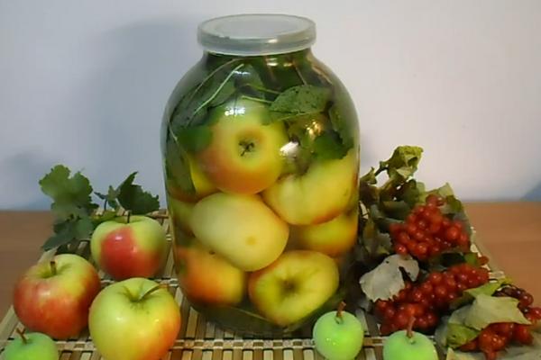 Моченые яблоки в банке