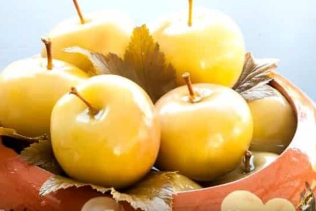 Моченые яблоки с листьями малины