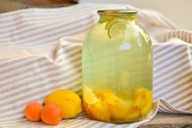 Абрикосовий компот з лимоном