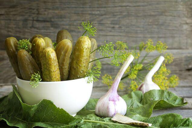 Гострі квашені огірки з часником