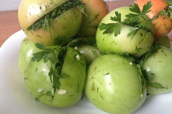 Зеленые помидоры, фаршированные чесноком