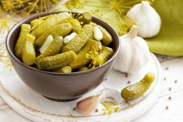 Квашені огірки з хріном і зеленню
