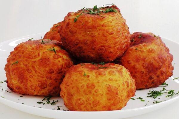 Картопляні пончики з помідорами