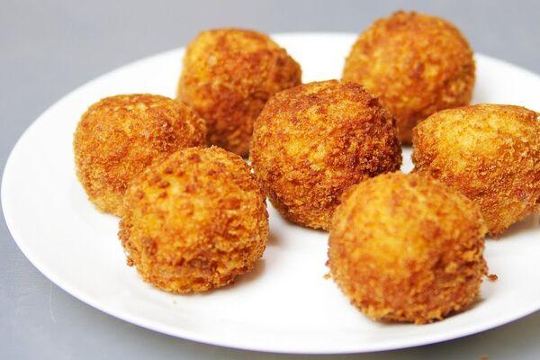 Картопляні пончики із шинкою