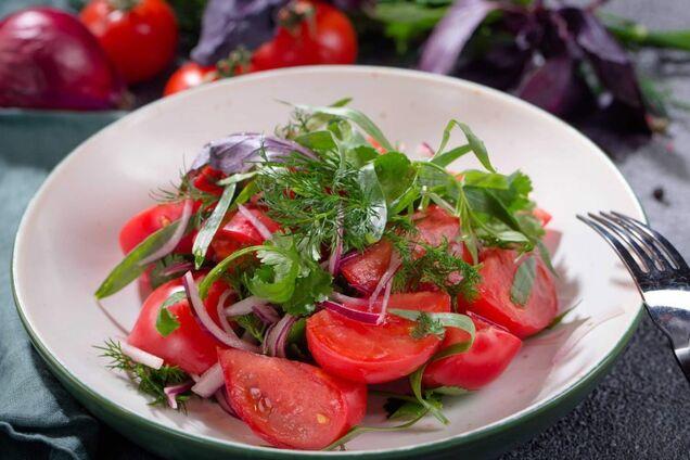 Салат із помідорів із цибулею і спеціями