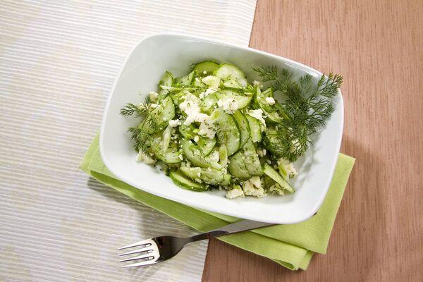 Салат з огірків із зеленню та цибулею