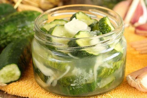 Хрусткий салат з огірків та цибулі