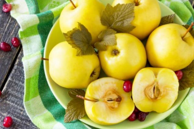 Моченые яблоки с базиликом