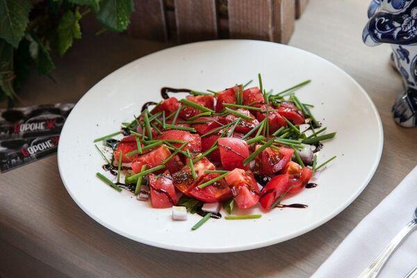 Овочевий салат із помідорами та базиліком