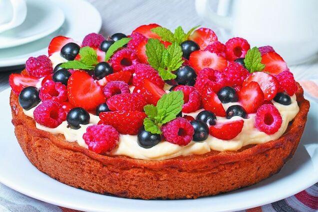 Заливний пиріг з ягодою