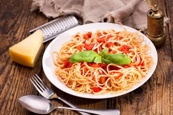Спагеті з томатною пастою