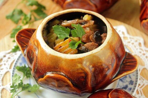 Картопля в горщиках з м'ясом і грибами