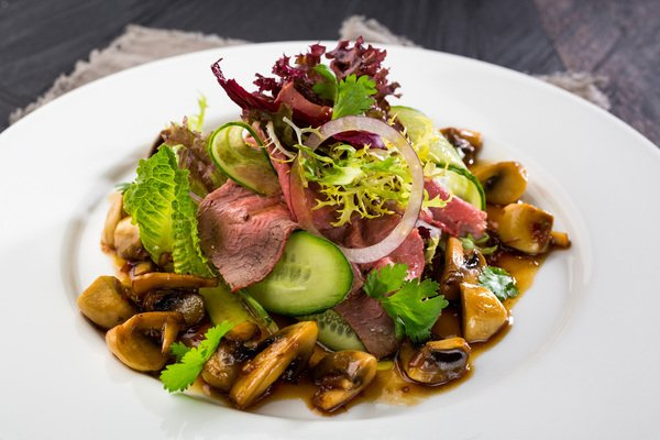 Салат з яловичиною та грибами
