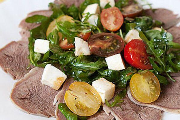 Салат з язиком і помідорами
