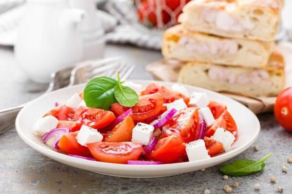 Салат з сиром і помідорами