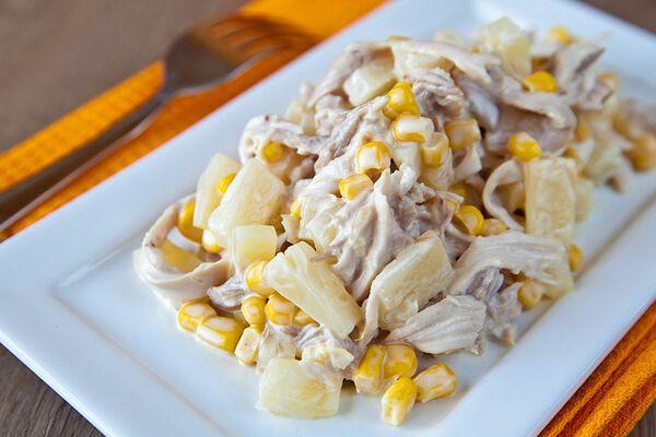 Салат з ананасом і кукурудзою