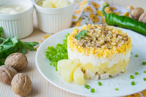 Салат з ананасами і сиром