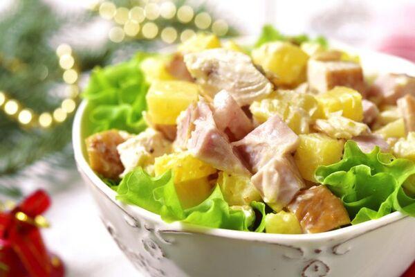 Салат з ананасами і шинкою