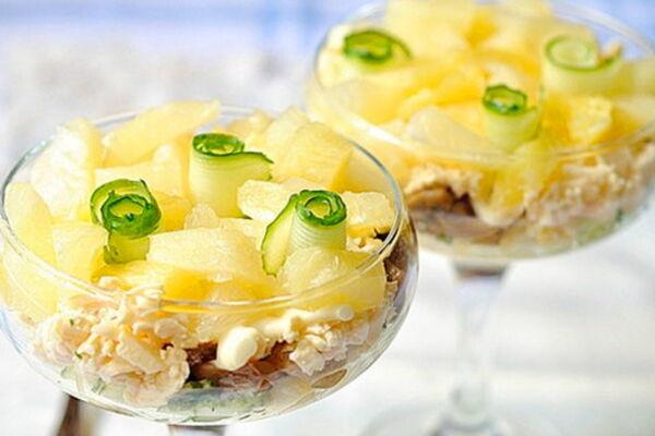 Салат з ананасом і копченою куркою