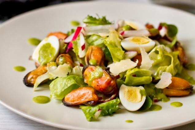 Салат з креветками і мідіями