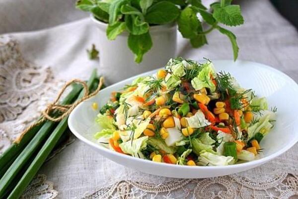 Салат з кукурудзою і пекінською капустою