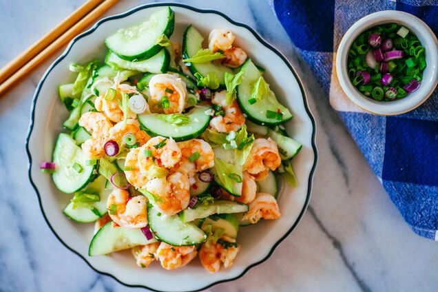 Салат з креветками і огірком