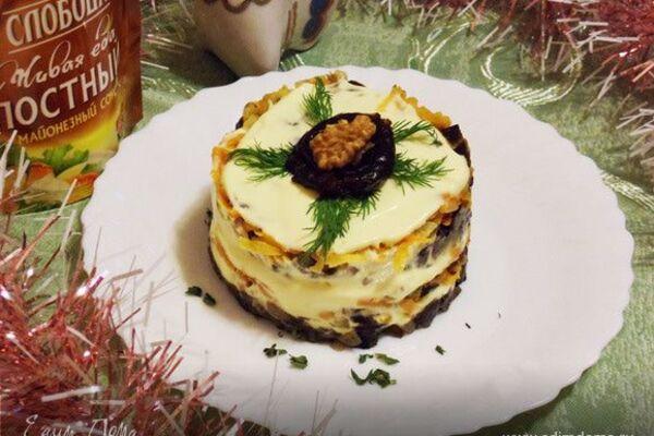 Салат з грибами і чорносливом