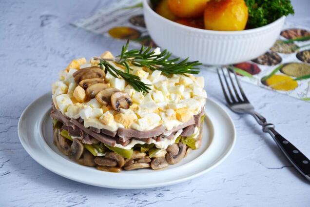 Салат с грибами и языком