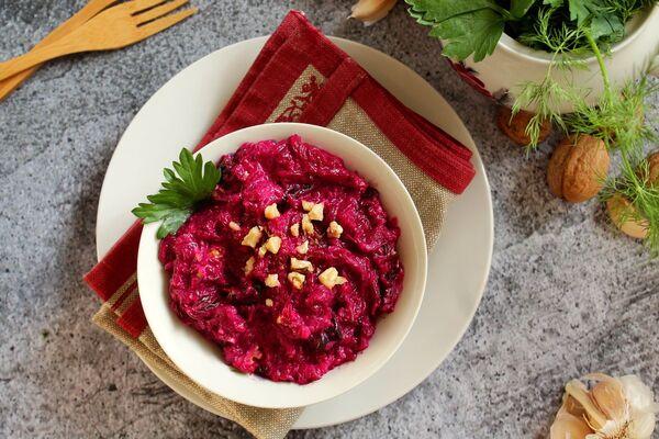 Салат с орехами и свеклой