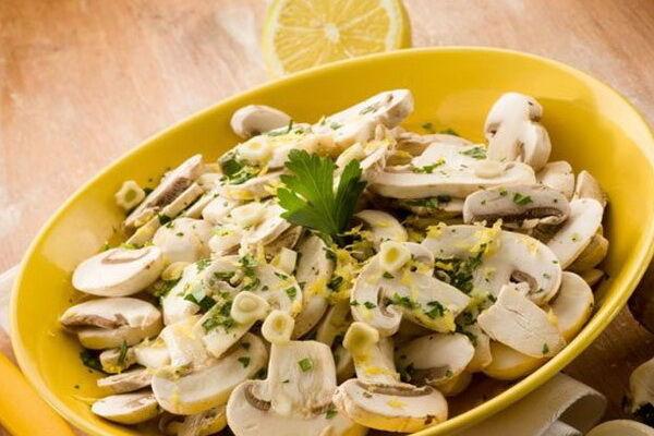 Салат з омлетом і грибами