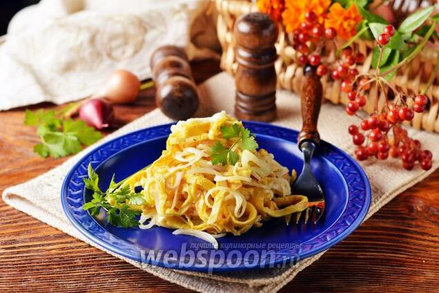 Салат с курицей и омлетом