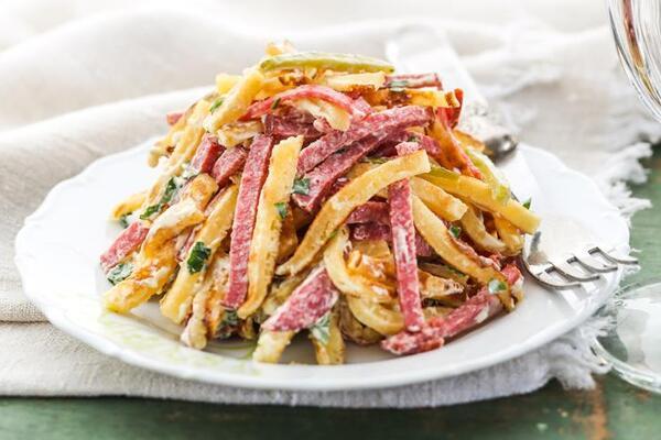 Салат с омлетом и колбасой