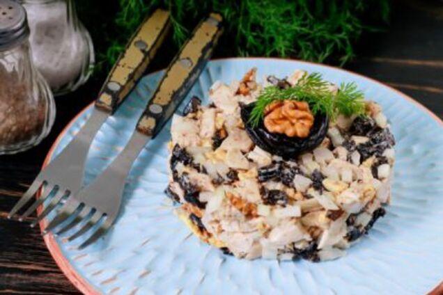 Салат з чорносливом і копченою куркою