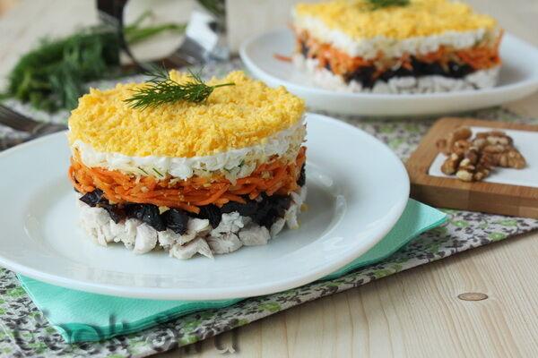 Салат з чорносливом, куркою і морквою