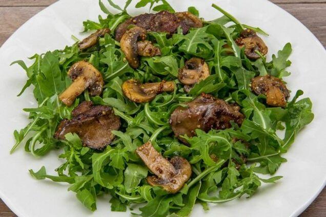 Салат з печінкою і руколою
