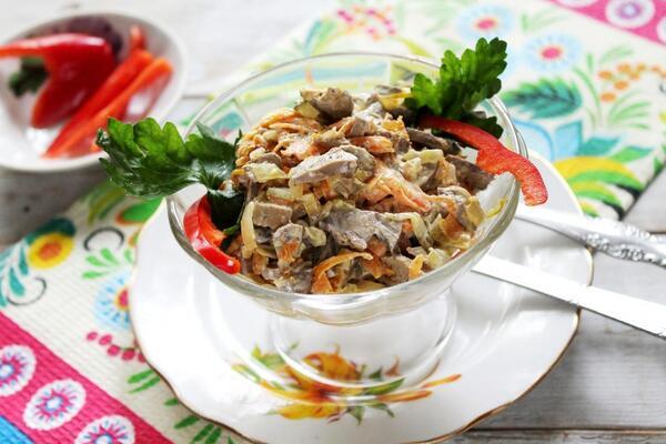 Салат з печінкою і корейською морквою