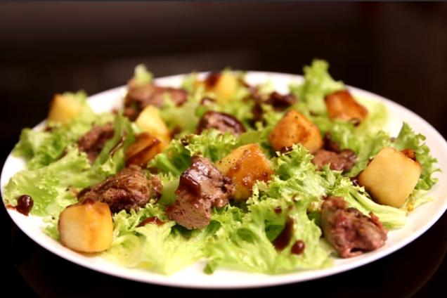 Салат с печенью и карамелизированными яблоками