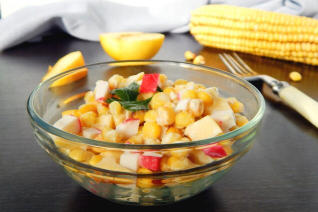 Салат з яблуком і крабовими паличками