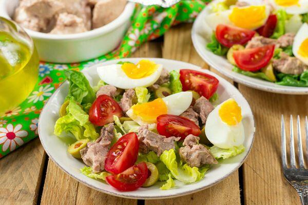 Салат з печінки тріски з яйцем і цибулею
