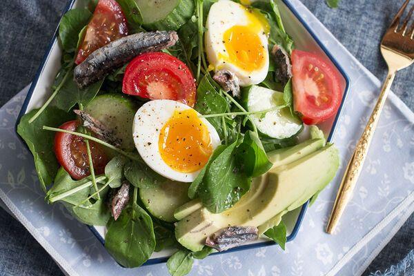 Салат с сардинами и яйцами