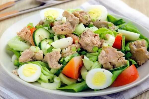 Салат з печінкою тріски і яйцем