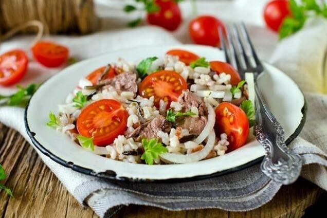 Салат з печінкою тріски і кукурудзою